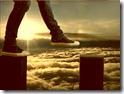Dificuldade_Pés adolescentes equilibrando-se em caminho difícil